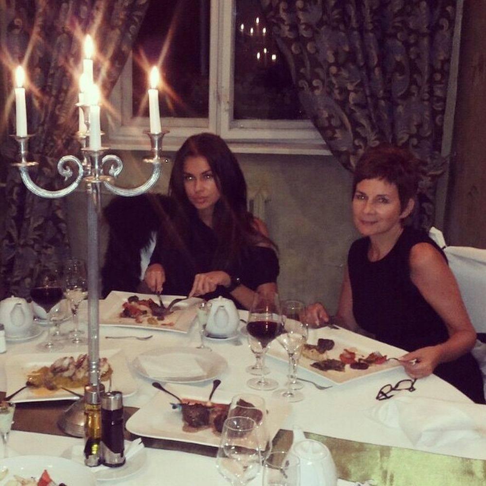 Zdjęcie (12) Mamy polską Kris Jenner! Mama Natalii Siwiec nową gwiazdą Instagrama! Chętnie pozuje w bikini i chwali się luksusowym życiem
