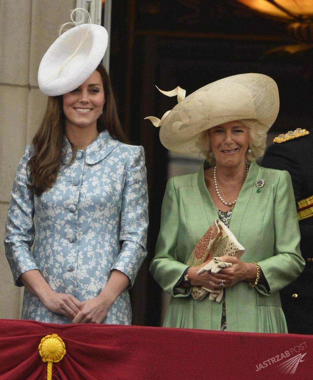 Właśnie rozwiązano królewską tajemnicę! To dlatego Meghan Markle zawsze stoi za księżną Kate! zdjecie 1