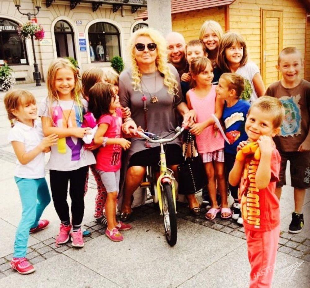 Magda Gessler na dziecięcym rowerku Fot. FB