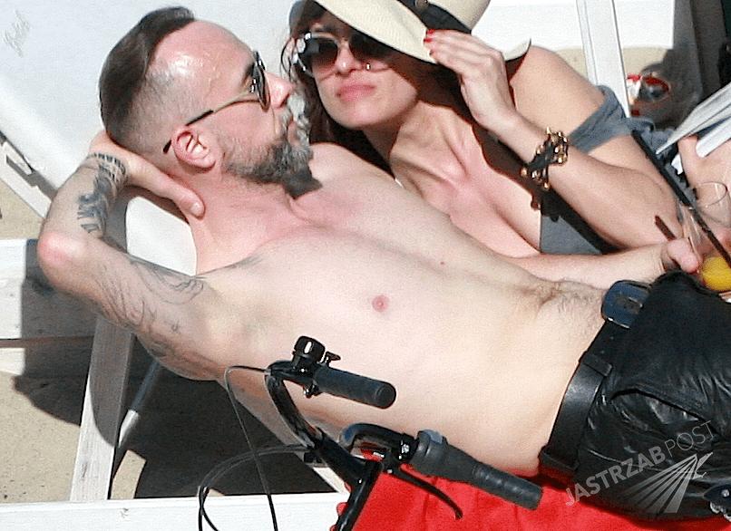 Nergal bez koszulki na plaży w Sopocie w towarzystwie pięknej brunetki. Czy to jego nowa dziewczyna?