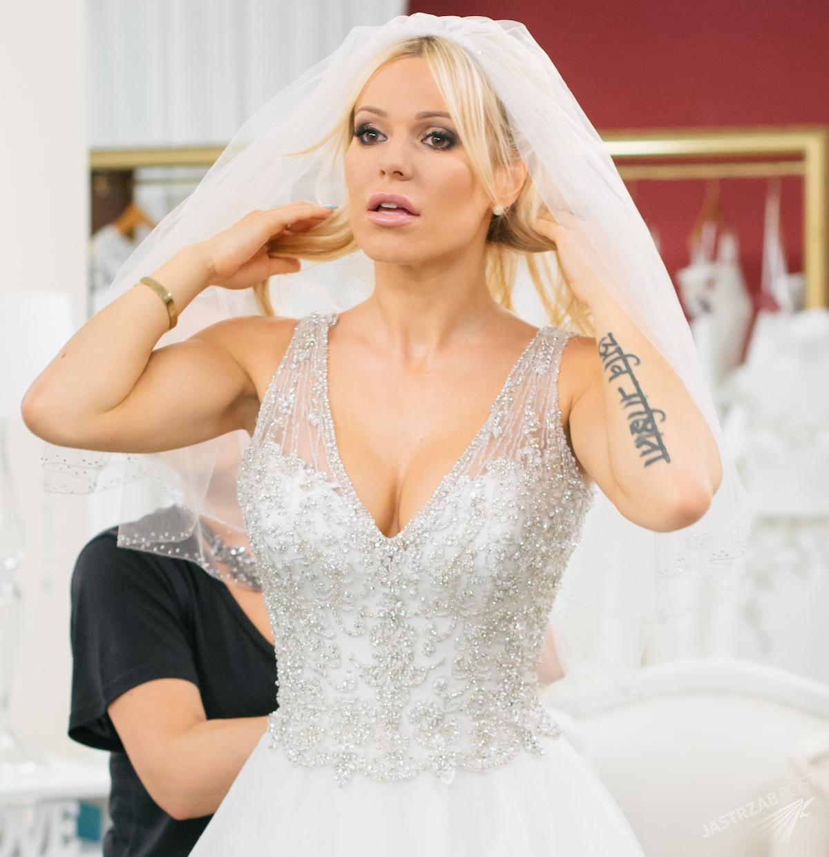 7024133d63 Doda mierzy suknię ślubną w Salonie Sukien Ślubnych TLC