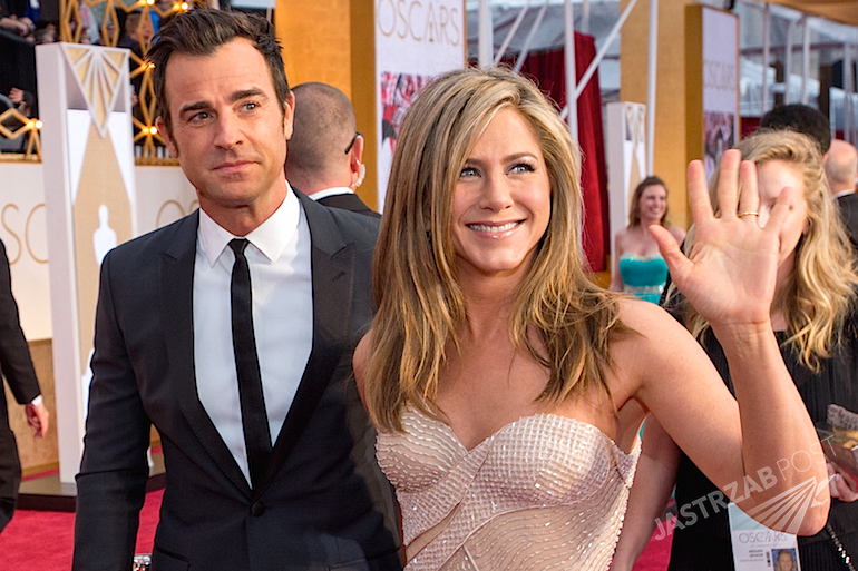 Suknia ślubna Jennifer Aniston na ślubie z Justinem Therouxem. Zdjęcia