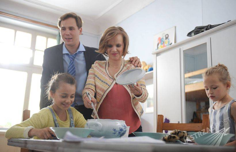 O mnie się nie martw 3 sezon, Iga (Joanna Kulig), Marcin (Stefan Pawłowski), Oliwka (Oliwia Dąbrowska), Helenka (Maja Kwaśny), fot: Facebook.com