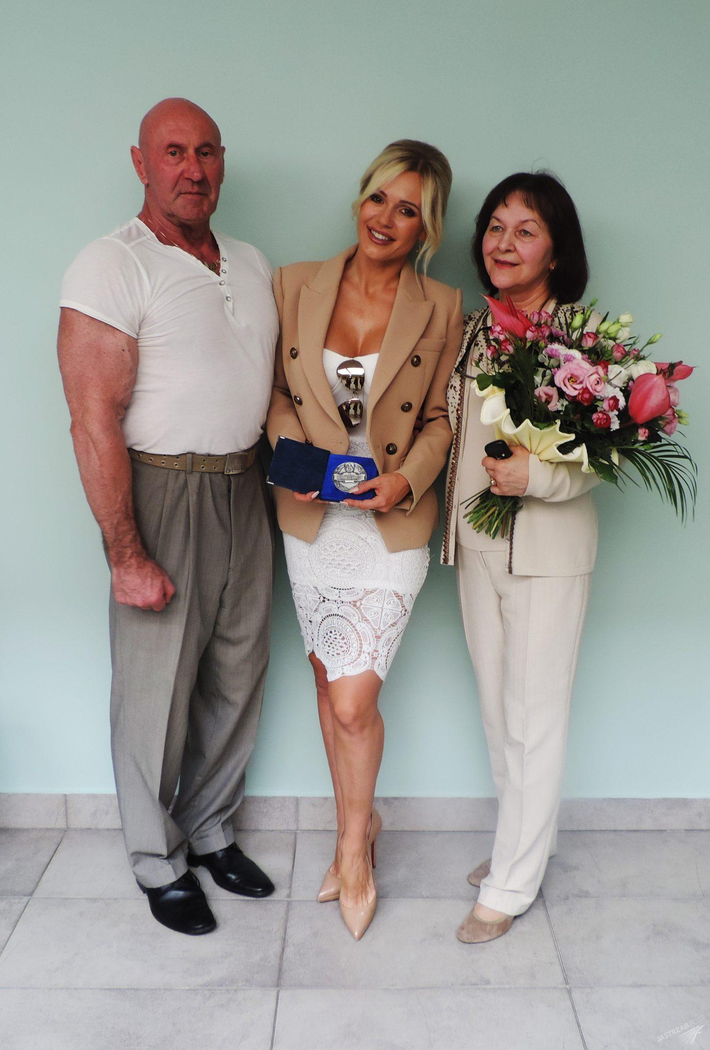 Doda z rodzicami po odebraniu medalu w Ciechanowie, wrzesień 2015