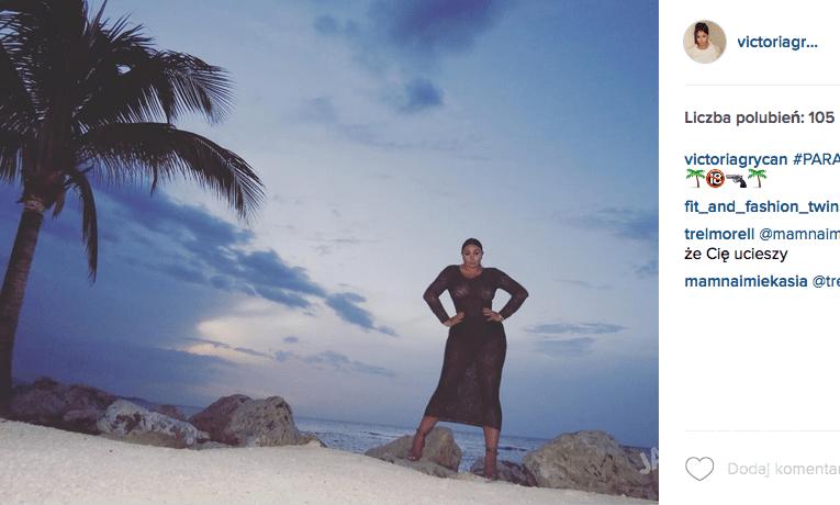 Wiktoria Grycan w szpilkach na plaży