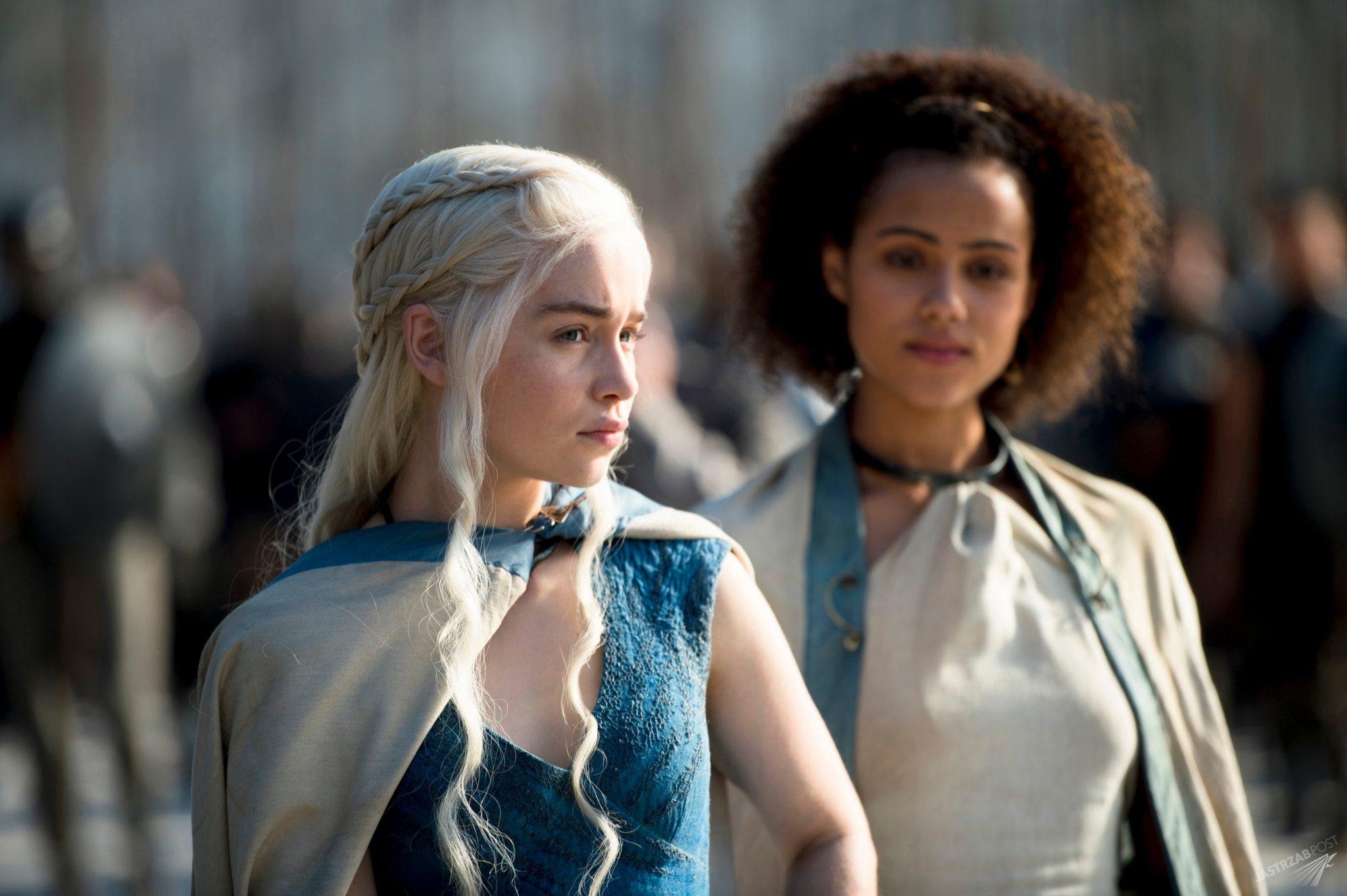 Emilia Clarke i Nathalie Emmanuel w serialu