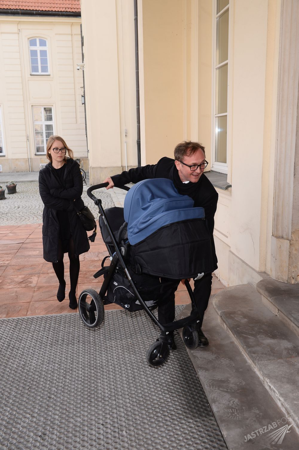 Andrzej Chyra z dzieckiem i partnerką - Pauliną Jaroszewicz