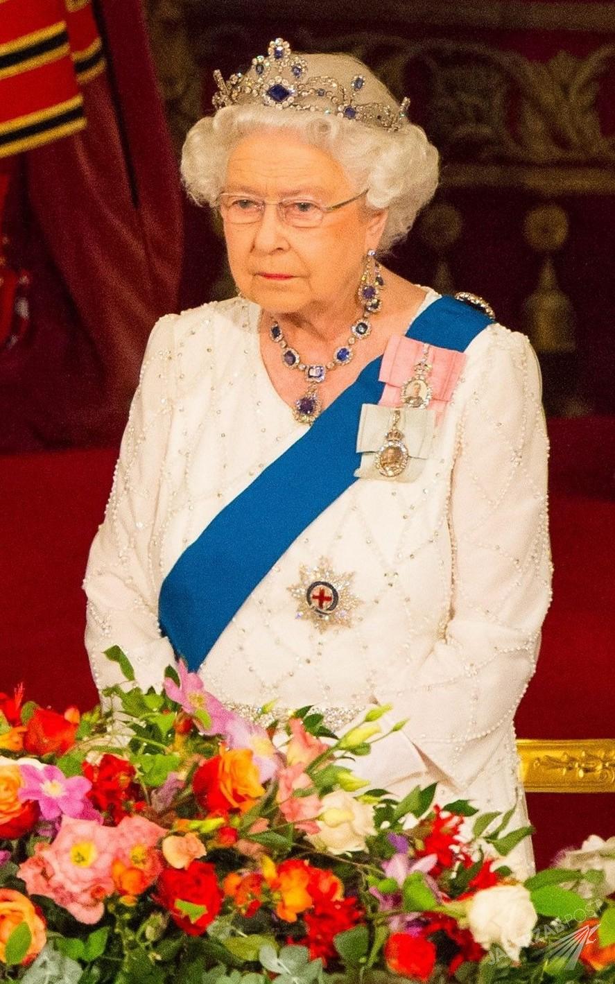 Królowa Elżbieta na kolacji w Pałacu Buckingham z okazji wizyty chińskiego prezydent Xi Jinpinga (fot. East News)