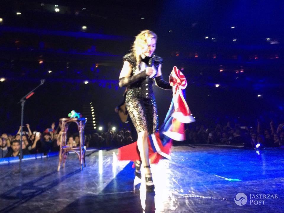 Madonna z polskim szalikiem na Rebel Heart Tour w Czechach (fot. grabari.pl)