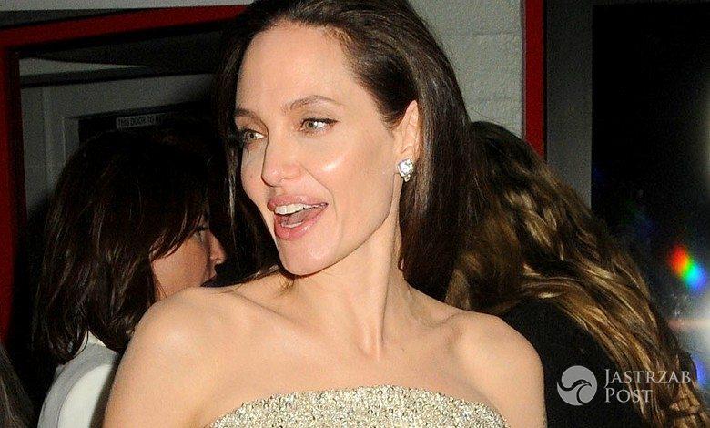 """Angelina Jolie w sukni Versace podczas hollywoodzkiej premiery """"Nad morzem"""" (fot. ONS)"""