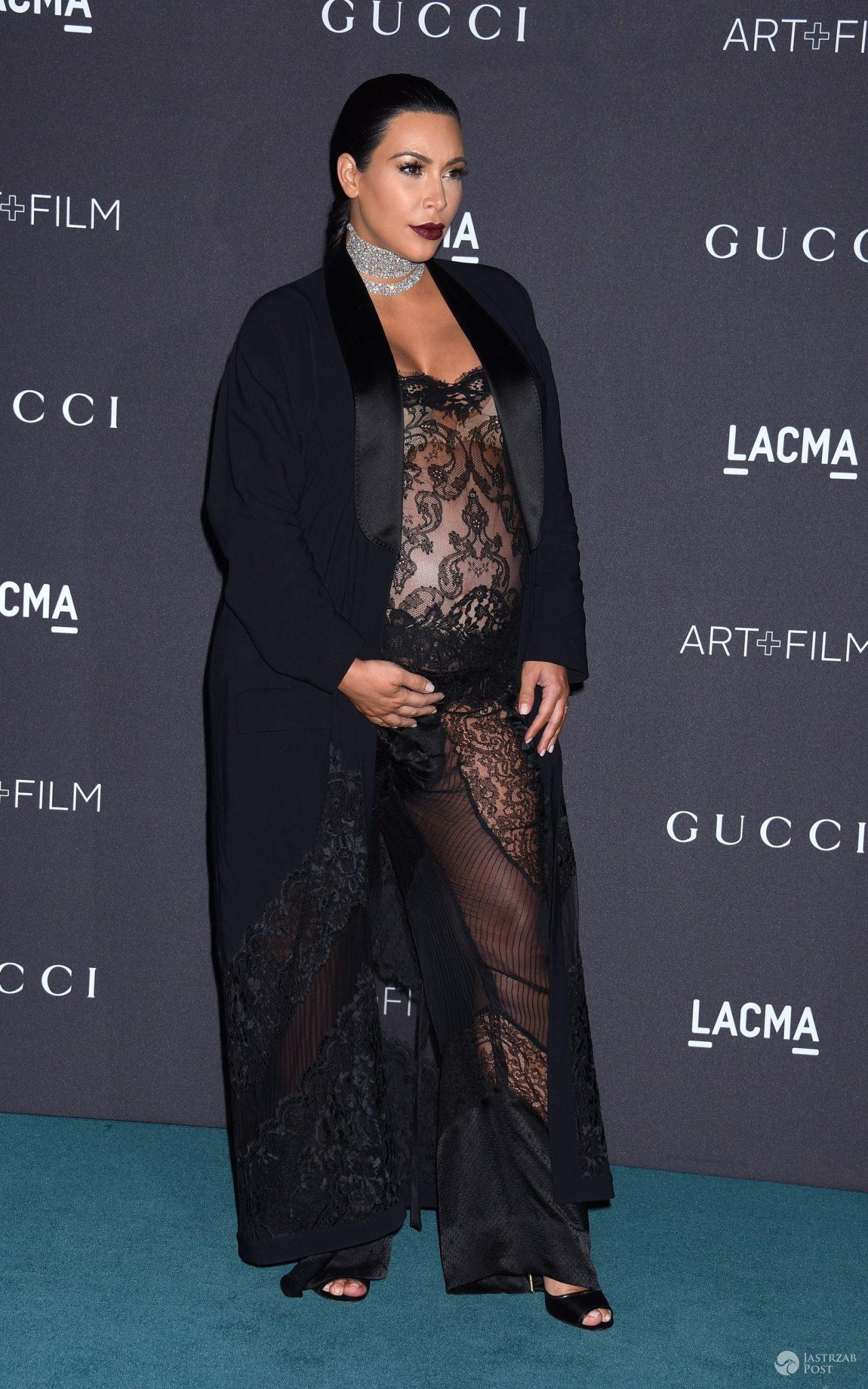 Kim Kardashian w koronkowym kombinezonie Givenchy, gala LACMA 2015 (fot. ONS)