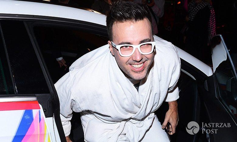 DJ Adamus w szlafroku na swoich 40. urodzinach