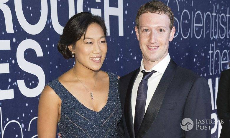 Mark Zuckerberg przewija córkę fot. Facebook.com