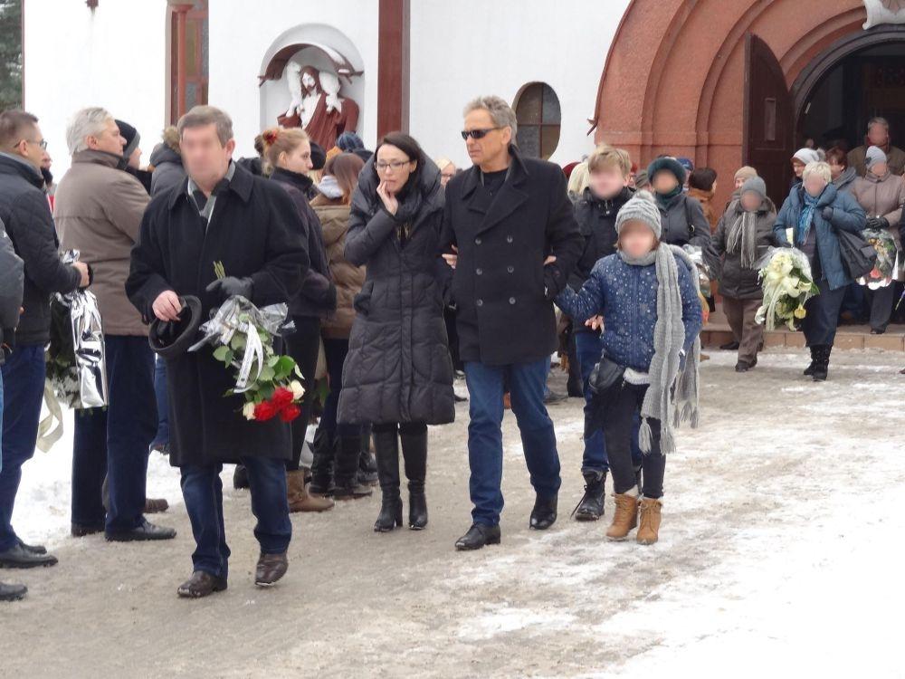 Jacek Borkowski z córką Karoliną żegna żonę Magdalenę Gotowiecką (fot. East News)