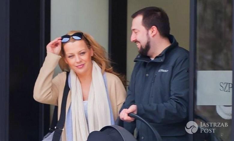 Jan i Aneta Kuroń wychodzą z synkiem ze szpitala