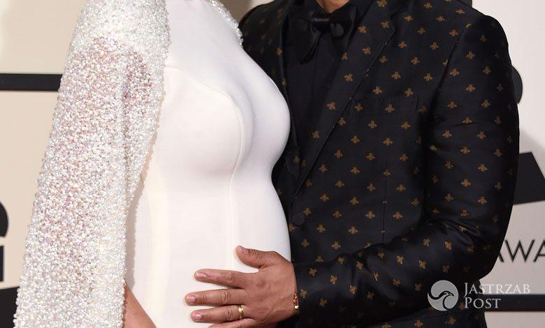 Suknia: Yousef Al-Jasmi, buty: Stuart Weitzman, torebka: Amanda Pearl, biżuteria: Lorraine Schwartz. Chrissy Teigen, żona Johna Legenda, Grammy 2016 (fot. ONS)