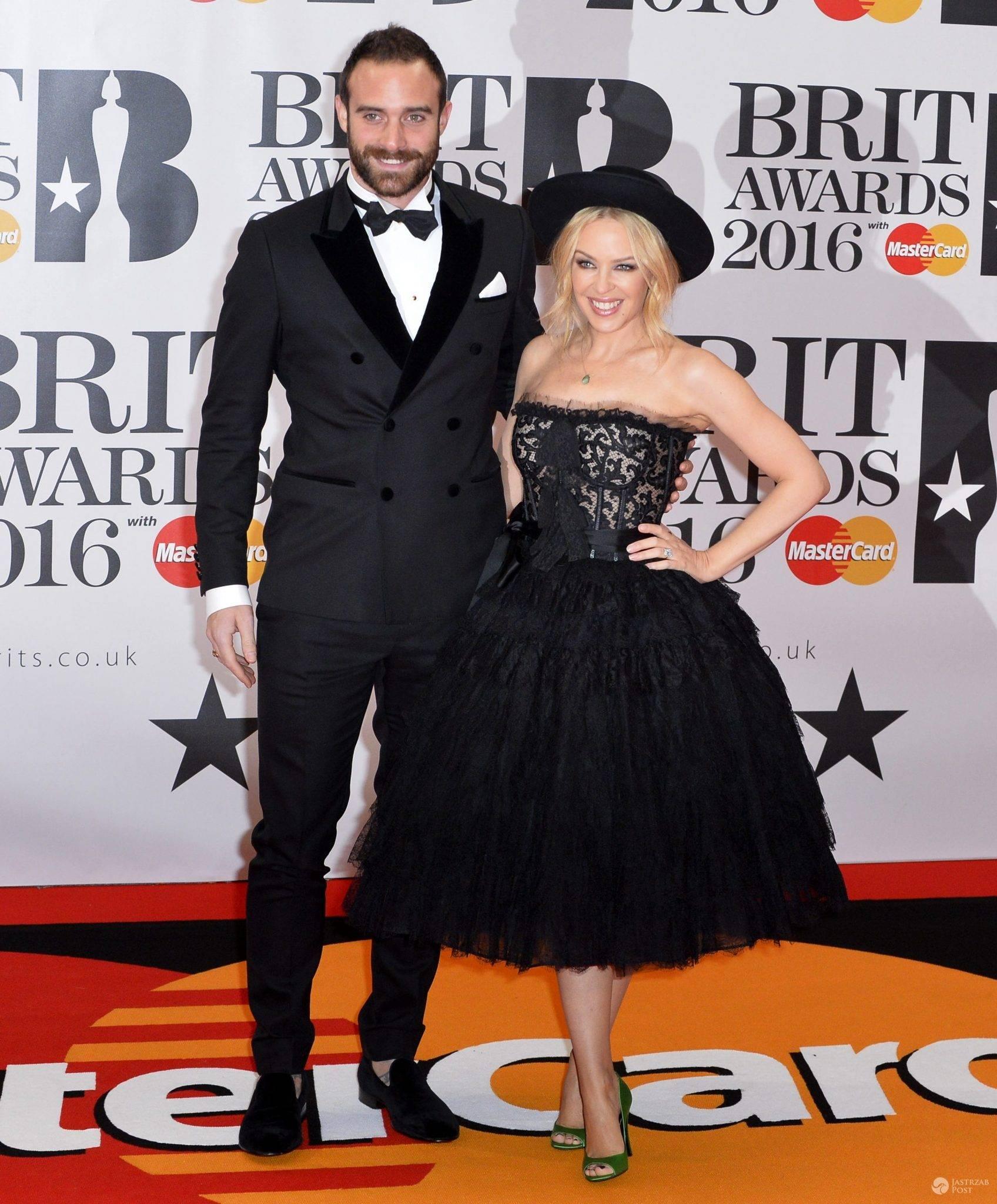 Joshua Sasse i Kylie Minogue (w sukience Dolce & Gabbana), BRIT Awards 2016 (fot. ONS)