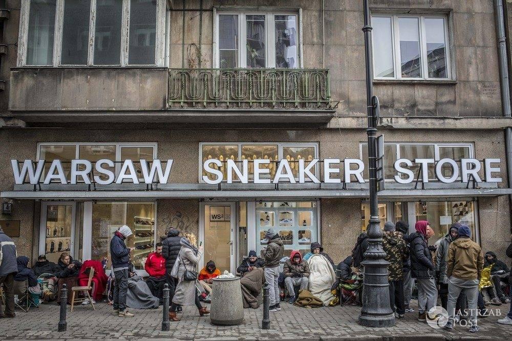 Kolejka pod sklepem w Warszawie po buty Kanye Westa. Premiera w piątek 19 lutego (fot. East News)