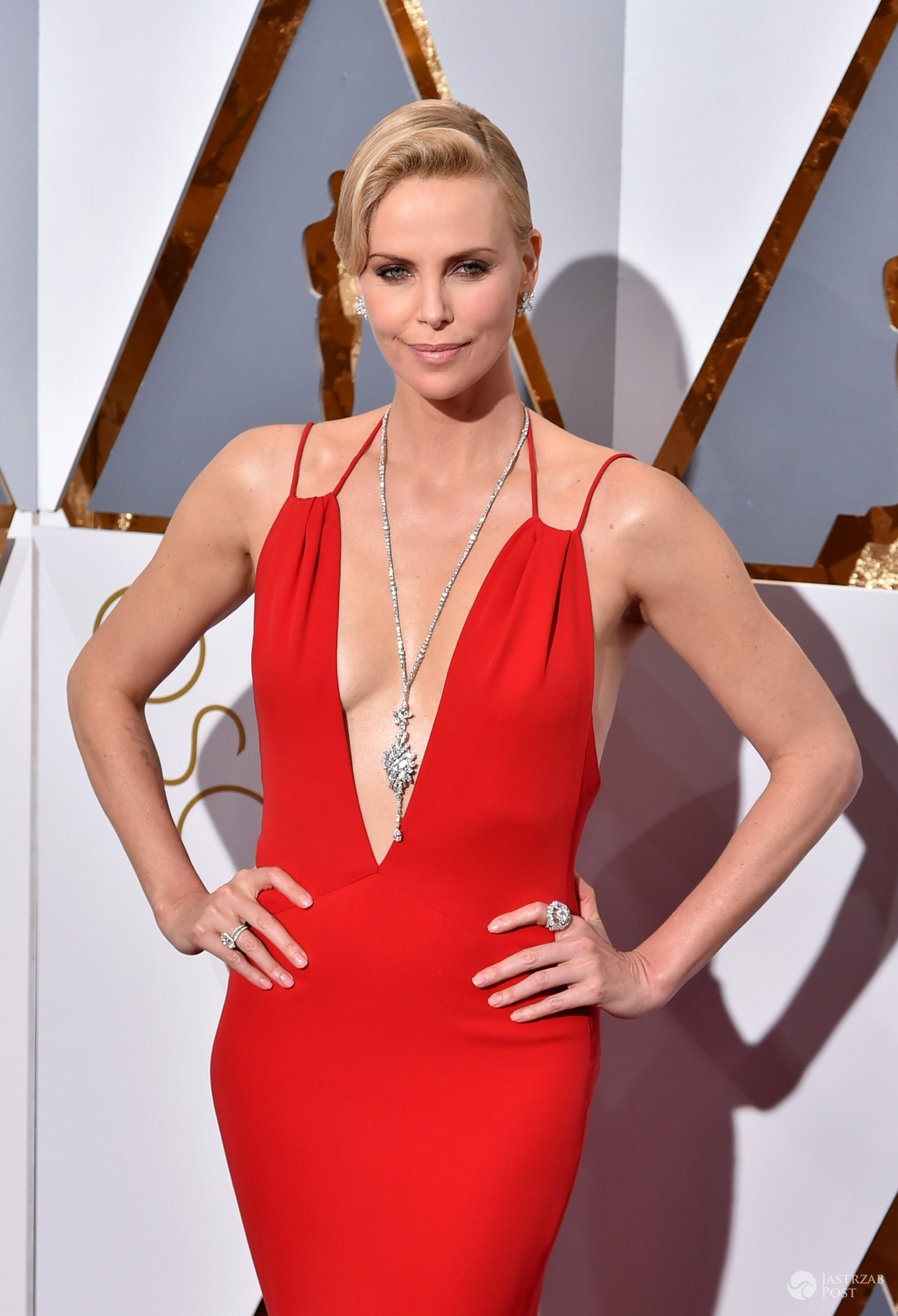 Stylizacja Charlize Theron na Oscarach 2016 (fot East News) suknia: Christian Dior