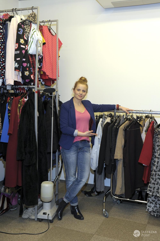 Paulina Chruściel pokazuje szafę serialowej Elki z serialu