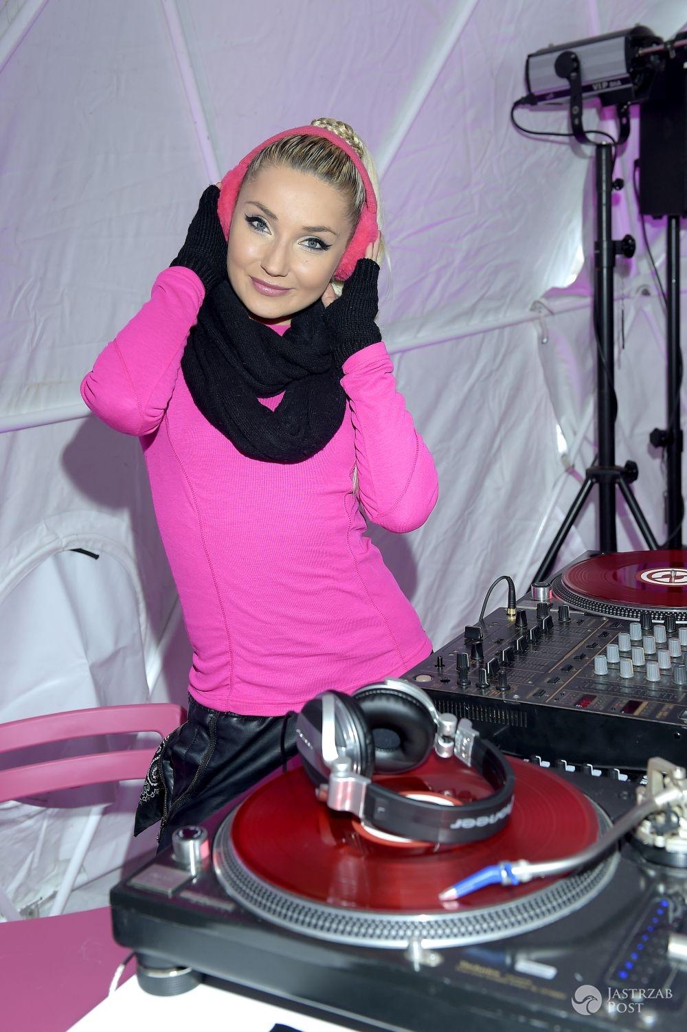 Cleo na koncercie w różowej bluzce