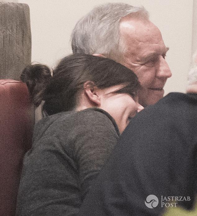 Antonina Turnau i Marek Kondrat przytulają się w restauracji