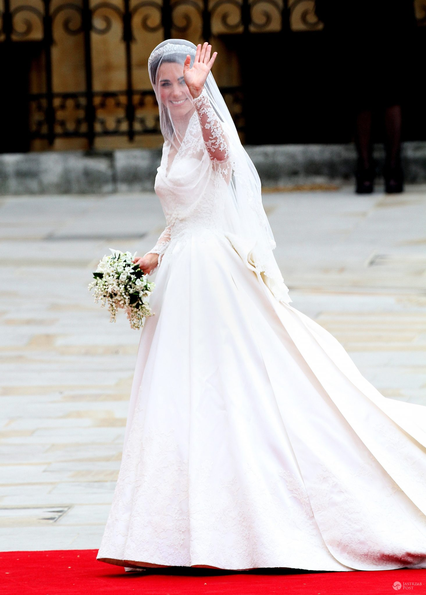 Księżna Kate w sukni ślubnej od Sary Burton. Cena: 380 tys. dolarów (fot. ONS)