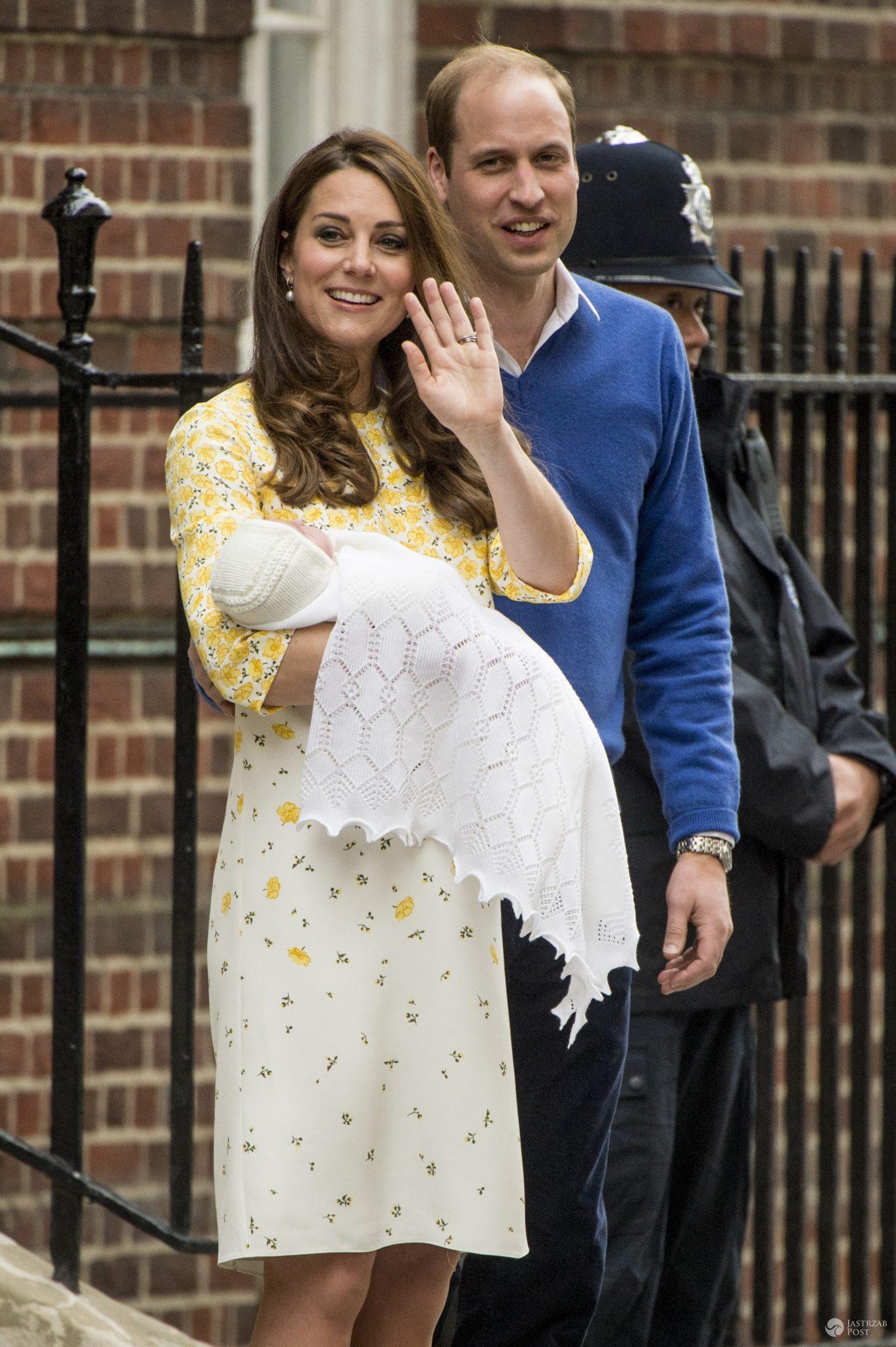 Księżna Kate wychodzi ze szpitala po urodzeniu księżniczki Charlotte. Na zdj. z mężem