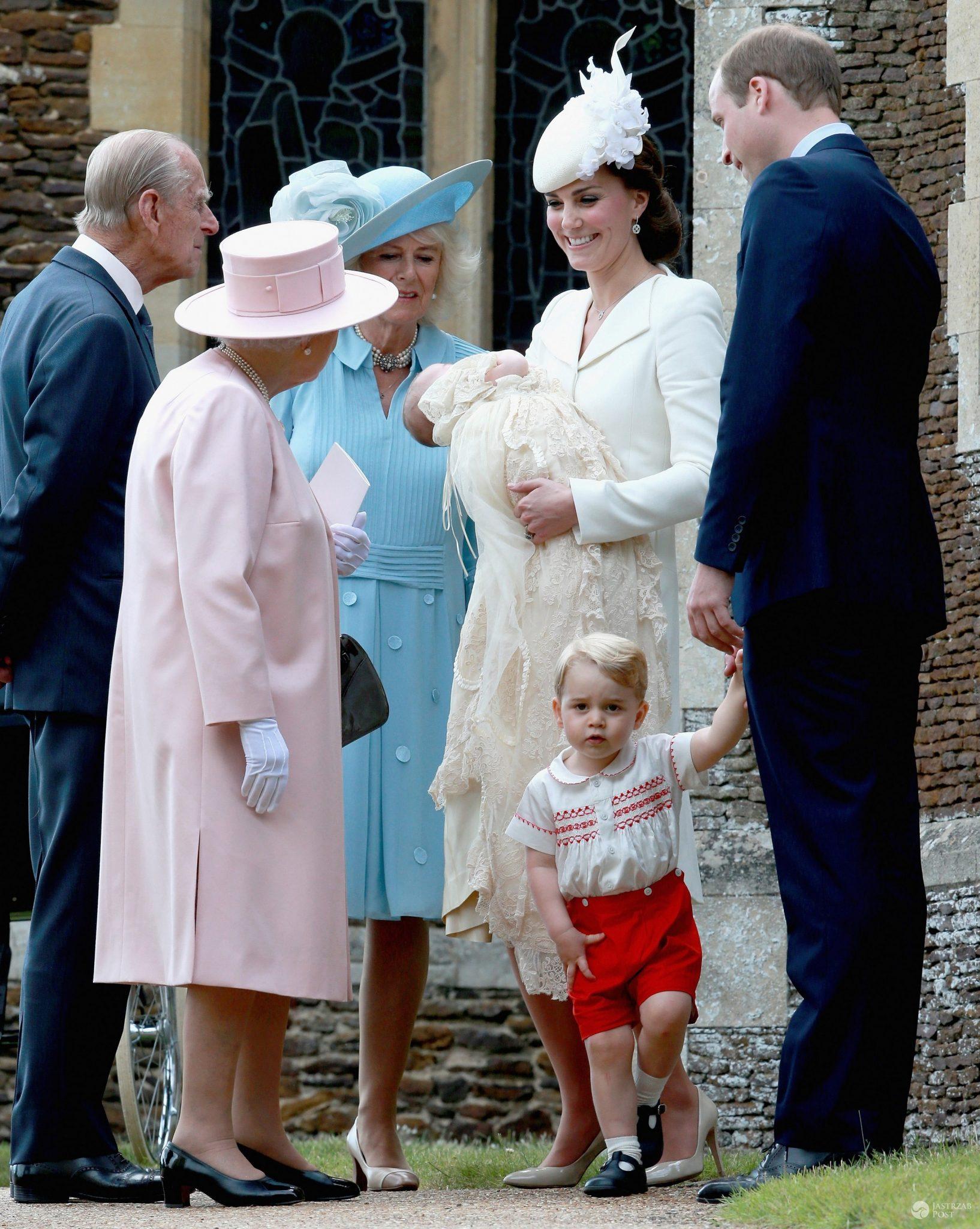Chrzest księżniczki Charlotte. Na zdj. królowa Elżbieta i książę Filip, księżna Camilla, księżna Kate z córką i książę William z synem George'em