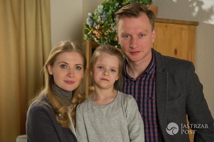 Maja Oświecińska wraz z serialowymi rodzicami na planie serialu