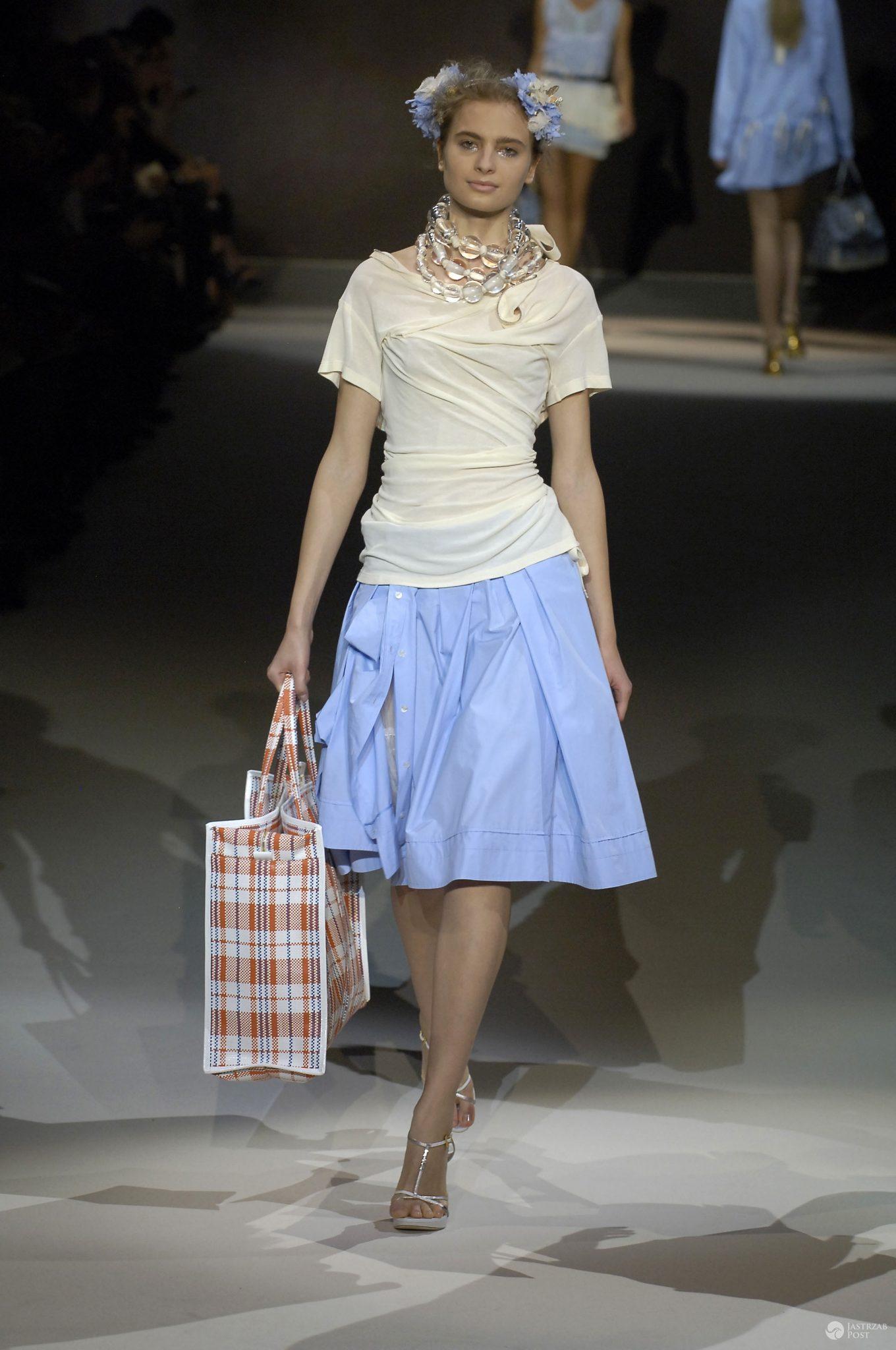 Modelka w pokazie kolekcji Louis Vuitton wiosna-lato 2007 (fot. Zeppelin/East News)