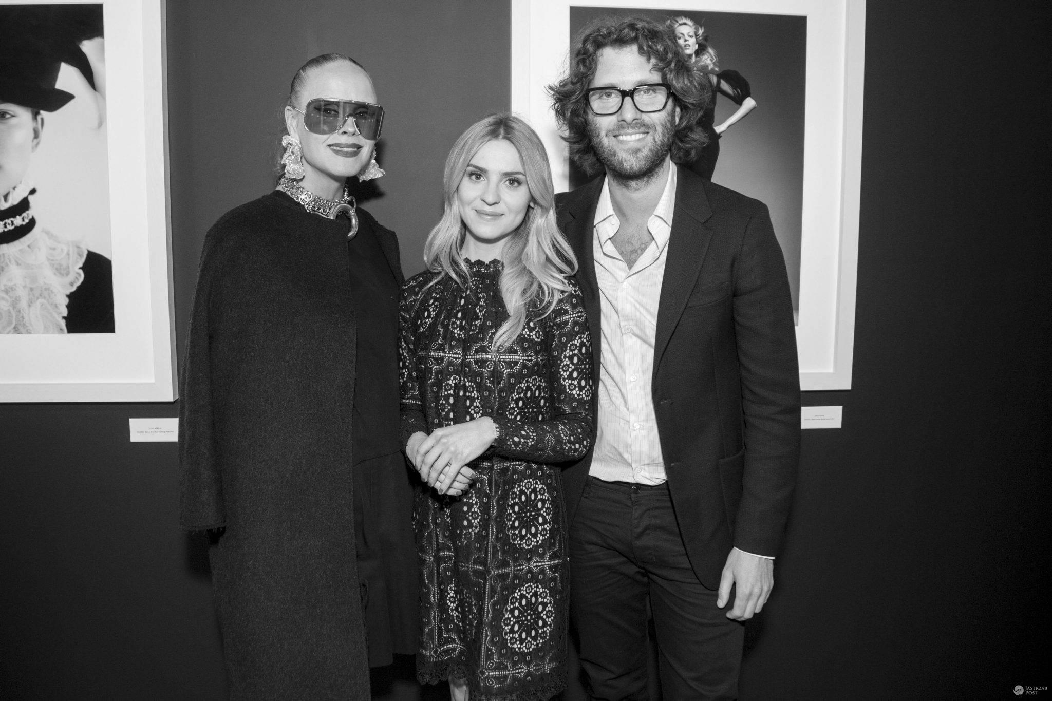 """Kasia Tusk oraz Ingela Klemetz Farago i Peter Farago. Wystawa """"Women in Chanel"""", zdjęć duetu Peter Farago & Ingela Klemetz Farago (fot. mat. pras.)"""