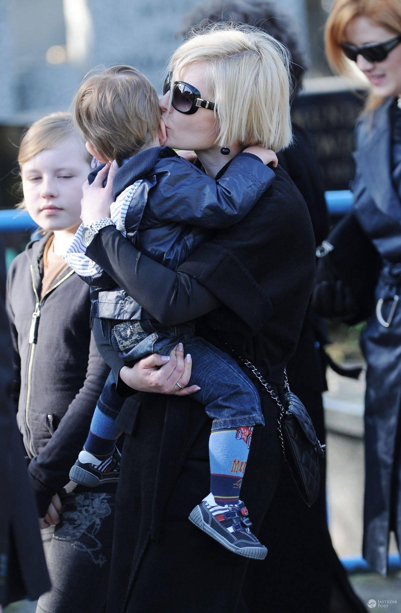 Joanna Racewicz z synem Igorem na pogrzebie Pawła Janeczka