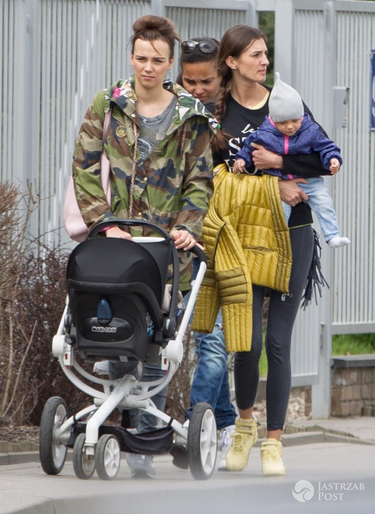 Paulina Krupińska i Sebastian Karpiel-Bułecka z córką Antoniną na spacerze