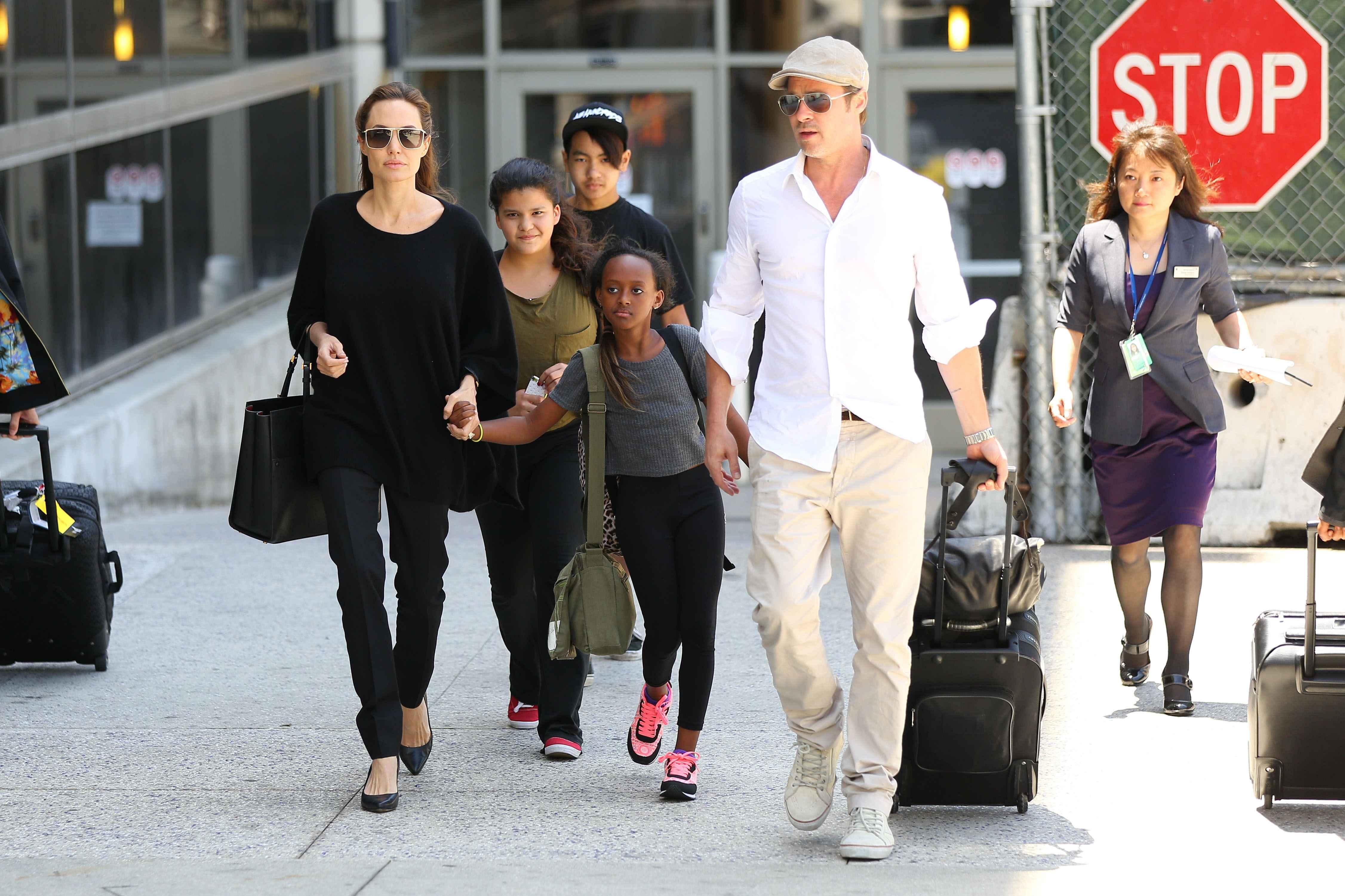 Brad Pitt i Angelina Jolie z dziećmi