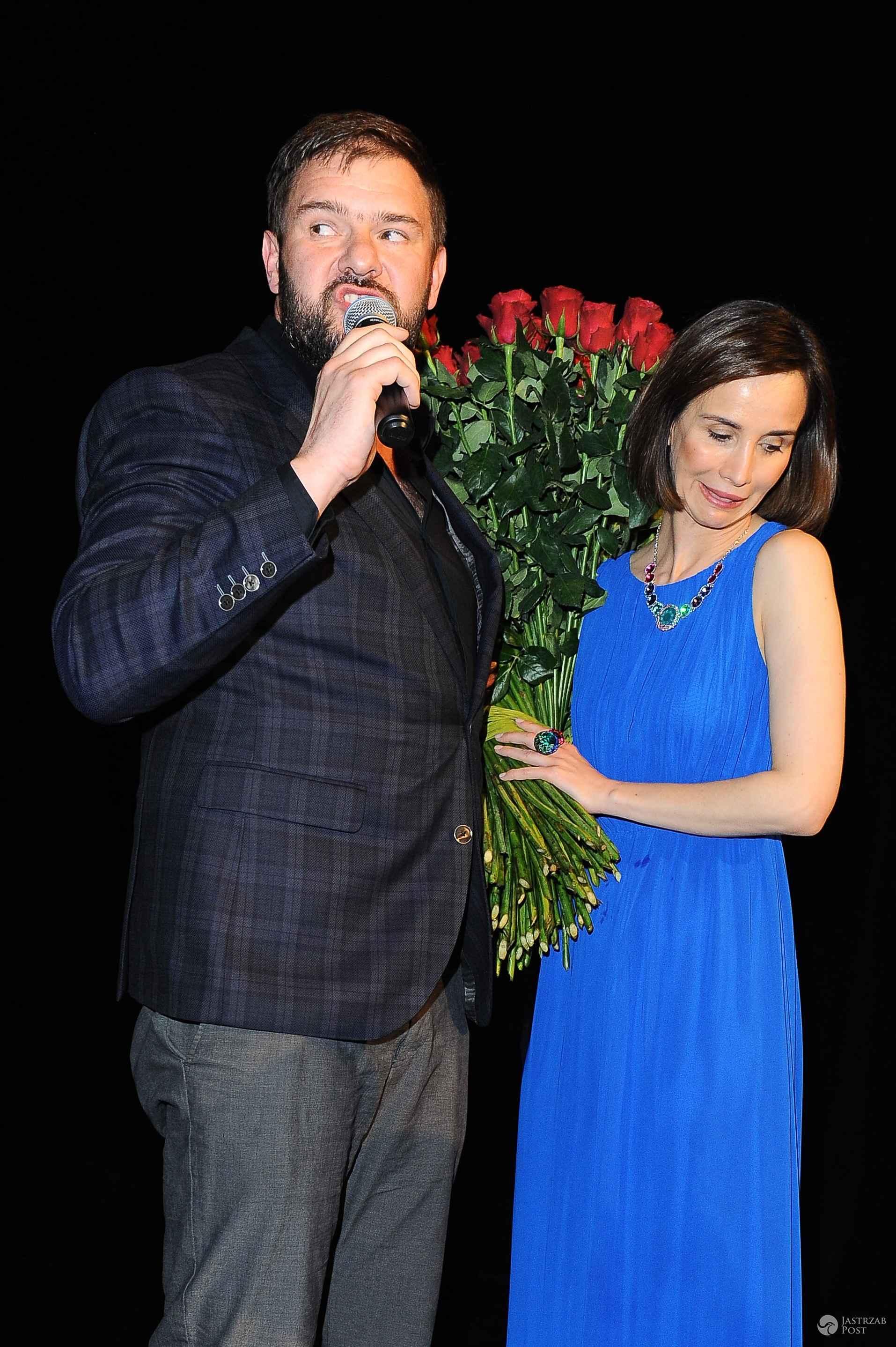 Viola Kołakowska z bukietem róż