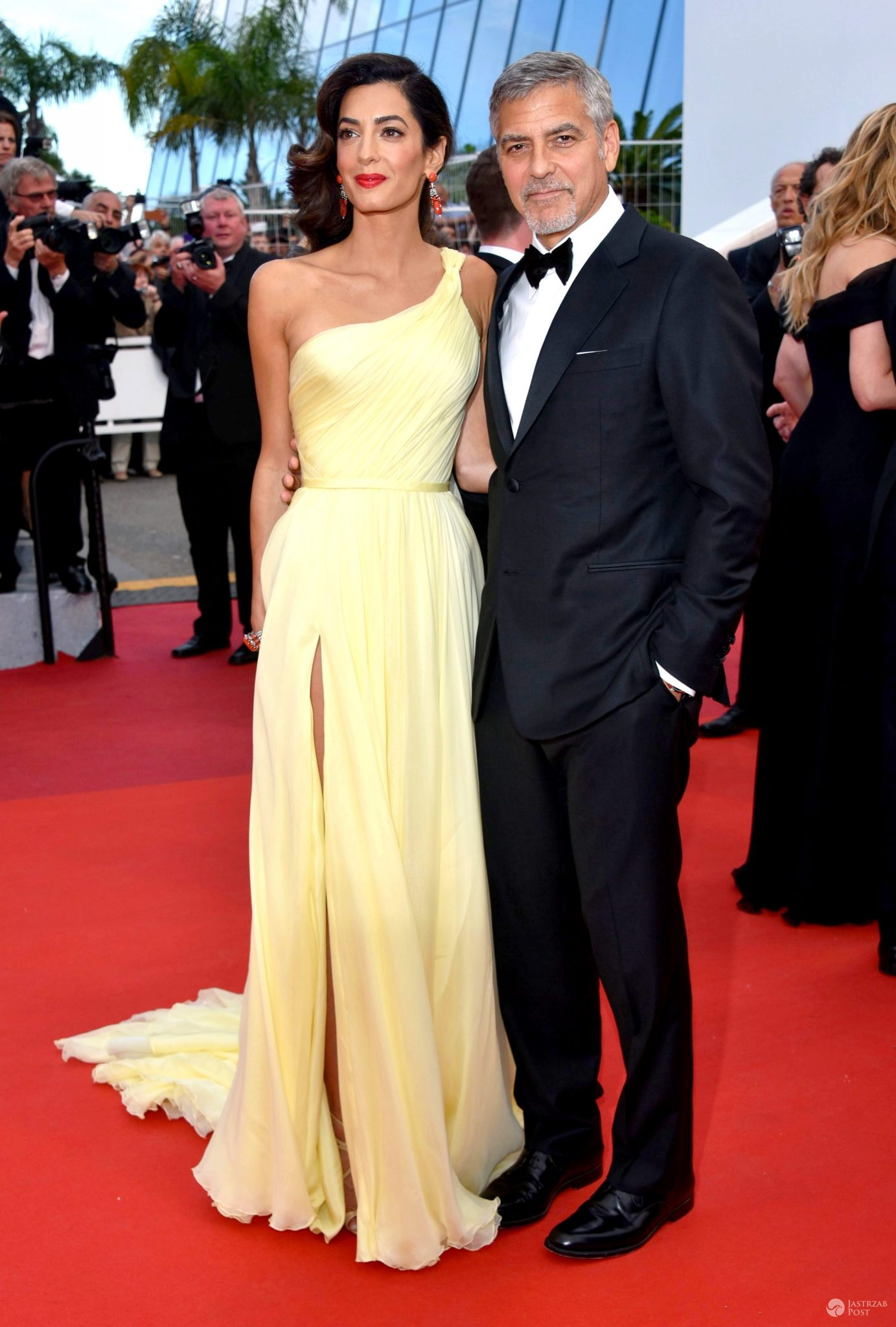 "Amal Clooney (suknia: Versace) i George Clooney, premiera ""Money Monster"", festiwal w Cannes 2016 (fot. ONS)"