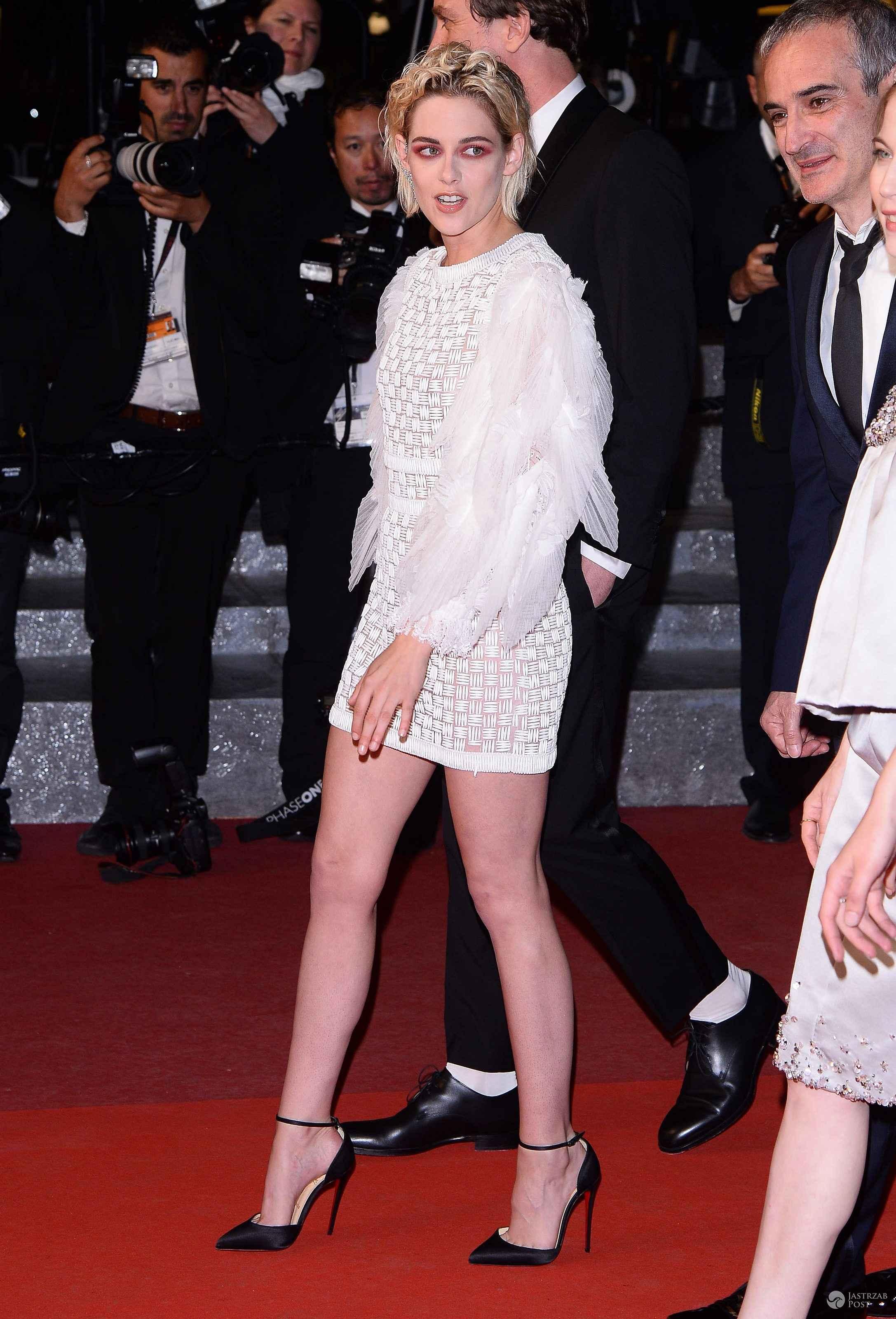 """Sukienka: Chanel, buty: Christian Louboutin. Kristen Stewart na premierze filmu """"Personal Shopper"""", festiwal w Cannes 2016 (fot. ONS)"""