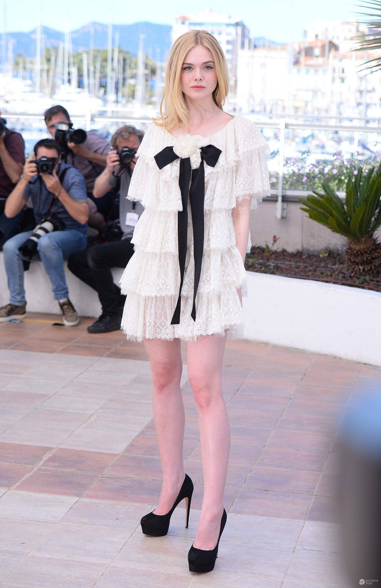 """Kreacja: Chanel. Elle Fanning, sesja zdjęciowa twórców """"The Neon Demon"""" na festiwalu w Cannes 2016 (fot. ONS)"""