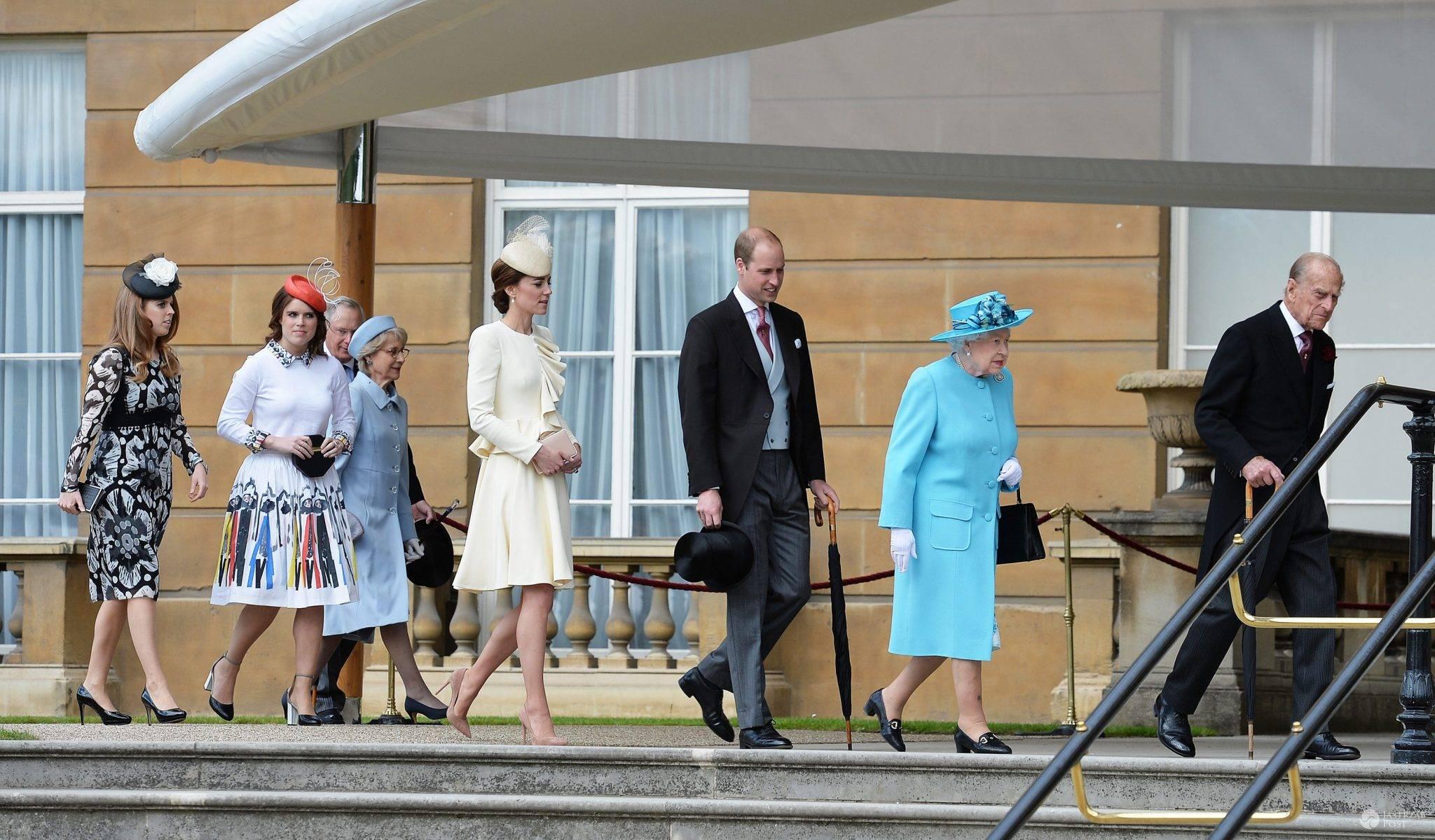 Od lewej: księżniczka Beatrice, księżniczka Eugenia, księżna Kate, książę William, królowa Elżbieta II i książę Filip. Garden party w Pałacu Buckingham (fot. ONS)
