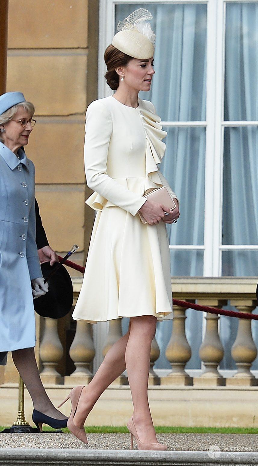 Kreacja: Alexander McQueen. Księżna Kate na garden party w Pałacu Buckingham (fot. ONS)