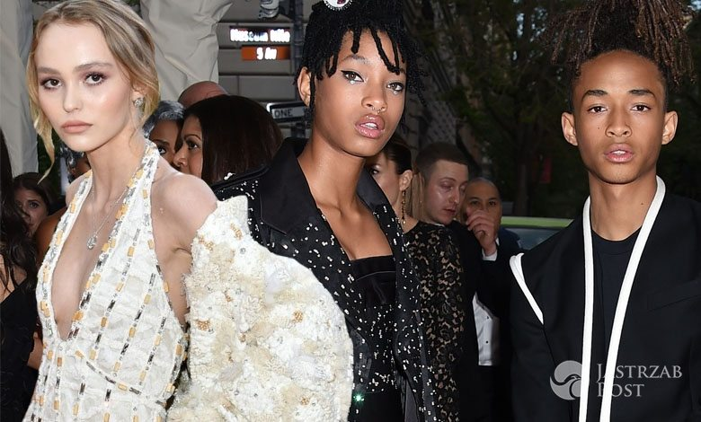 Lily- Rose Depp (w kreacji Chanel i butach Gianvito Rossi) oraz Willow Smith (w kreacji Chanel) i Jaden Smith (w kreacji Louis Vuitton), MET Gala 2016 (fot. East News, ONS)