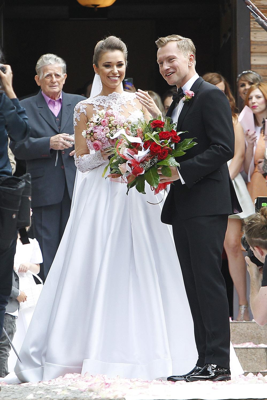 Suknia ślubna: Viola Piekut. Agnieszka Szczurek i Kuba Wesołowski. Ślub w 2014 r. (fot. AKPA)