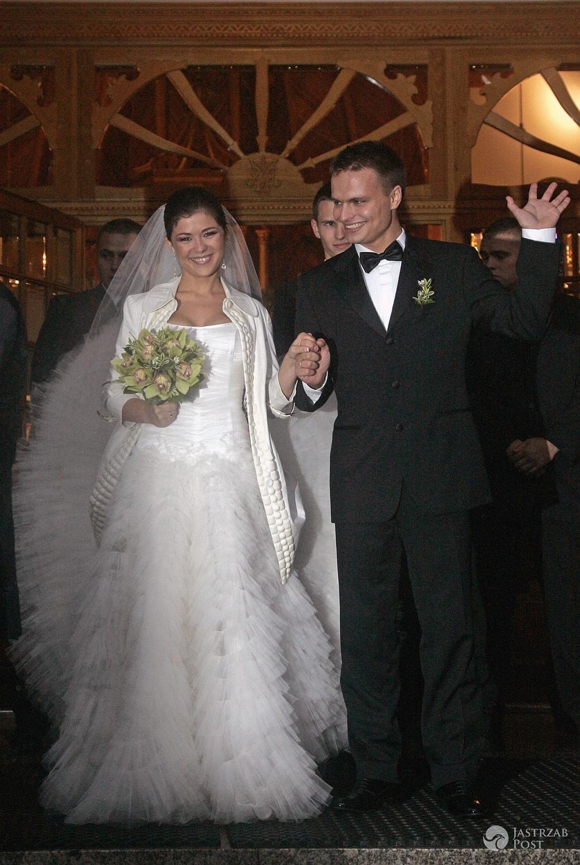 Suknia ślubna: Maciej Zień. Kasia Cichopek i Marcin Hakiel. Ślub w 2008 r. (fot. AKPA)