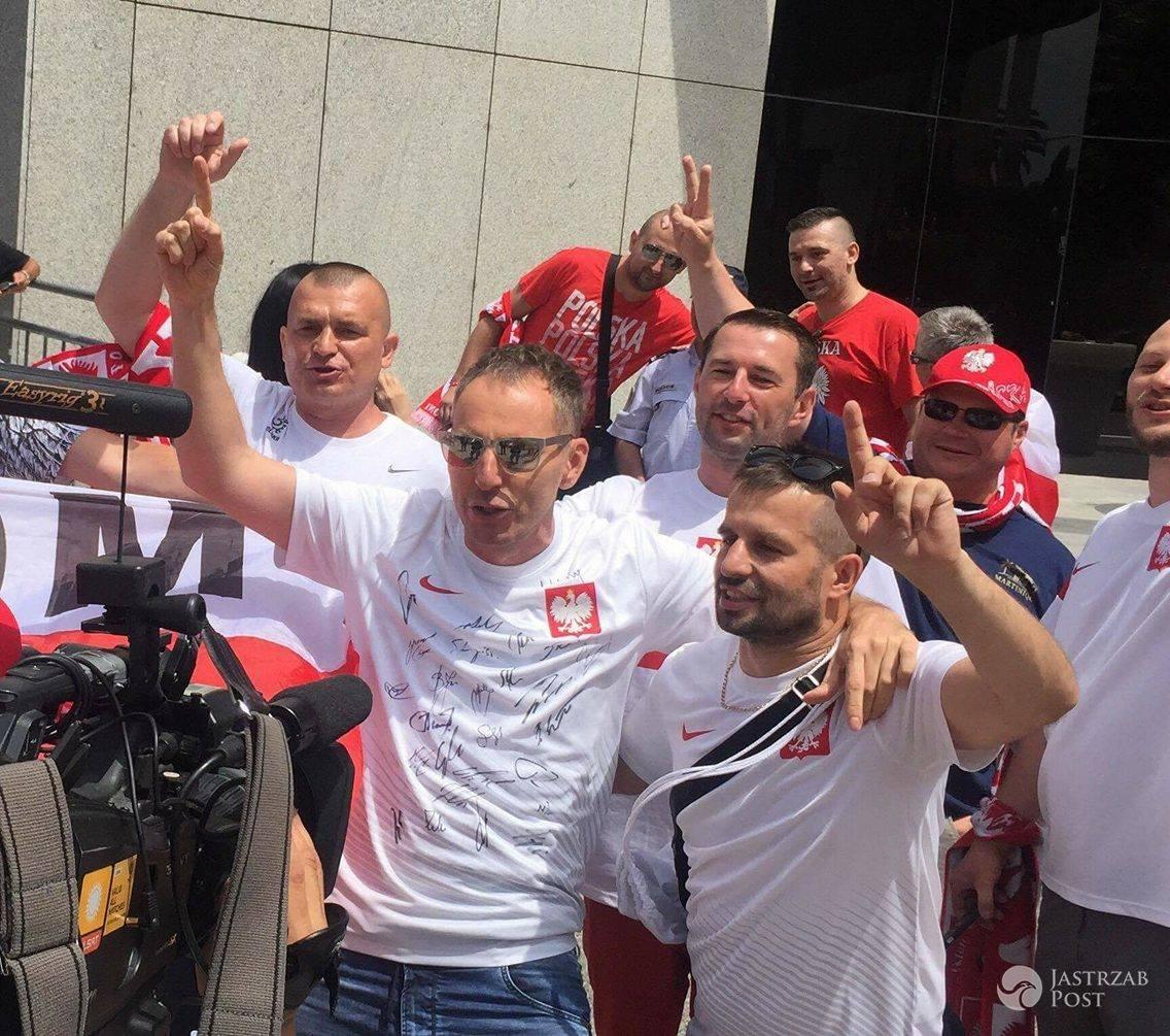 Krzysztof Gojdź w koszulce z podpisami reprezentacji Polski