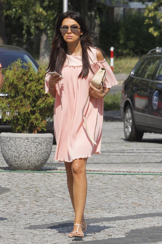 Natalia Siwiec w różowej sukience w Pytaniu na śniadanie