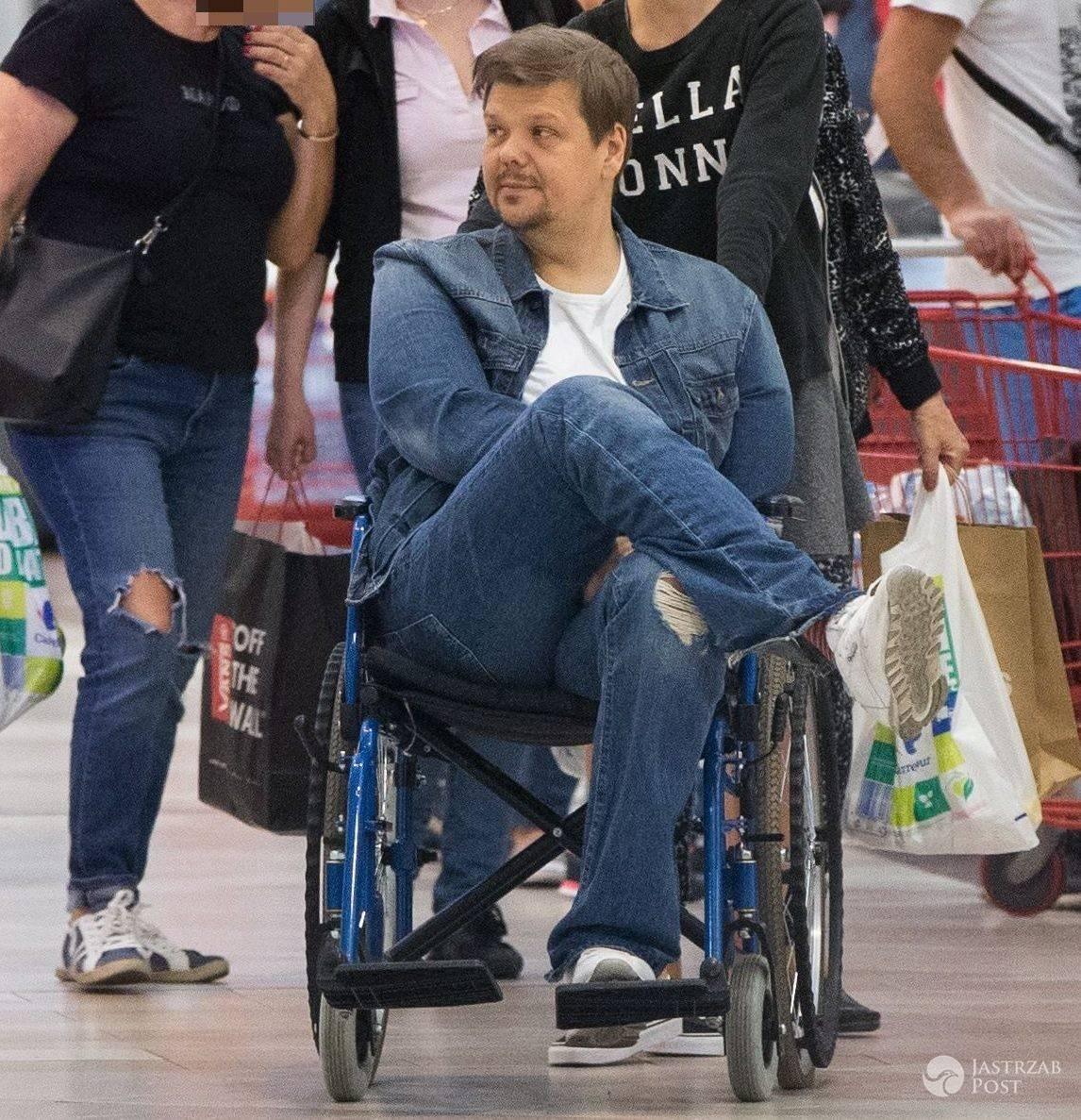 Michał Figurski na wózku na zakupach