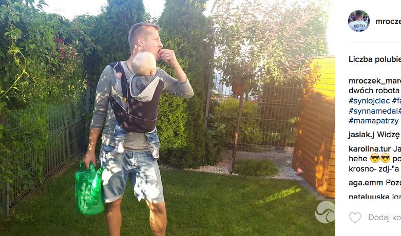 Marcin Mroczek z synem w ogrodzie