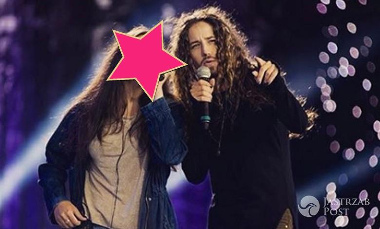 Michał Szpak na scenie z siostrą