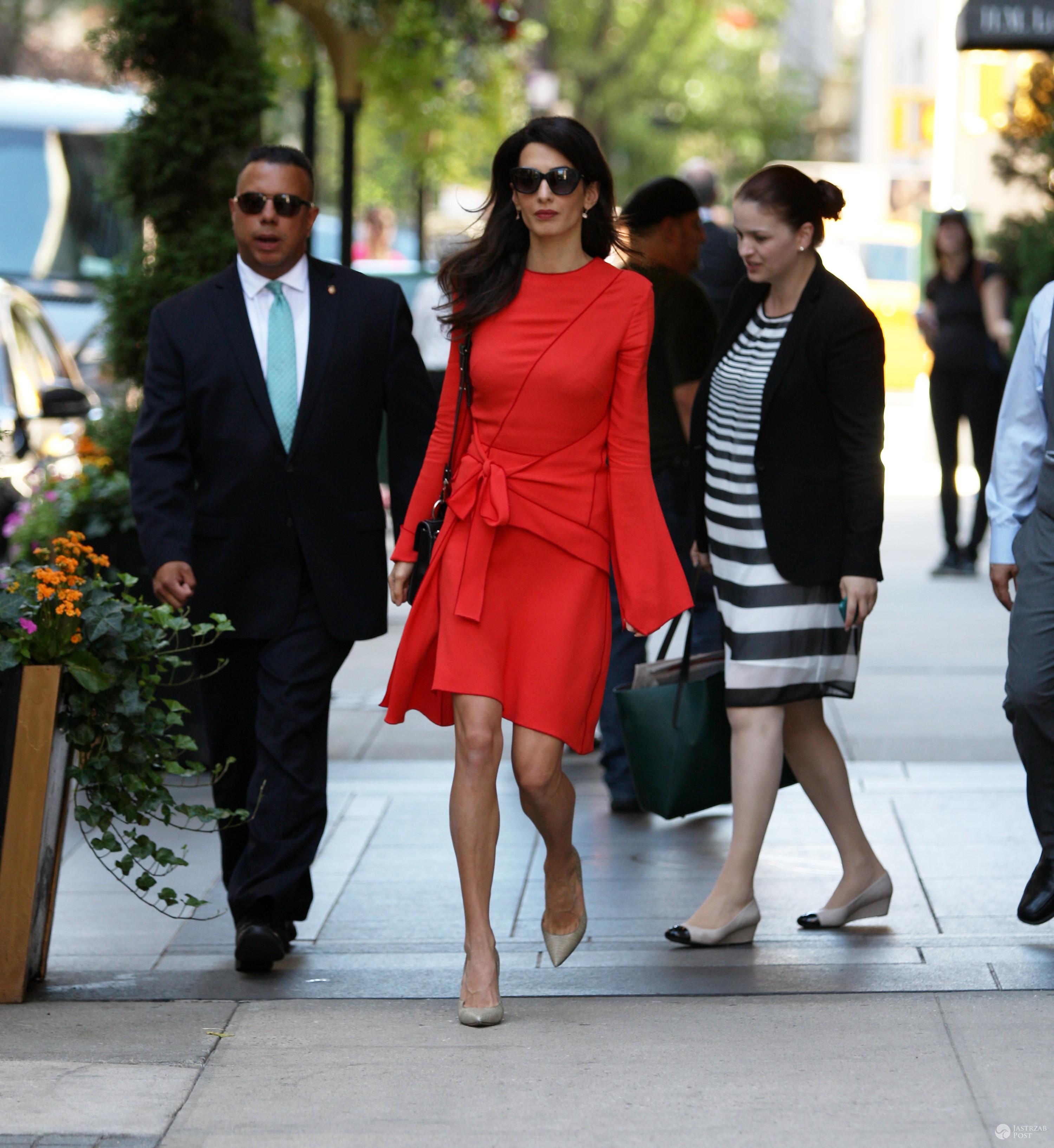 Amal Clooney w asyście prywatnego ochroniarza